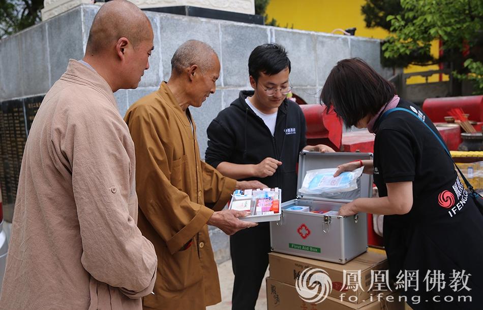 讲解医疗箱各种物品的用法及用途(图片来源:凤凰网佛教)