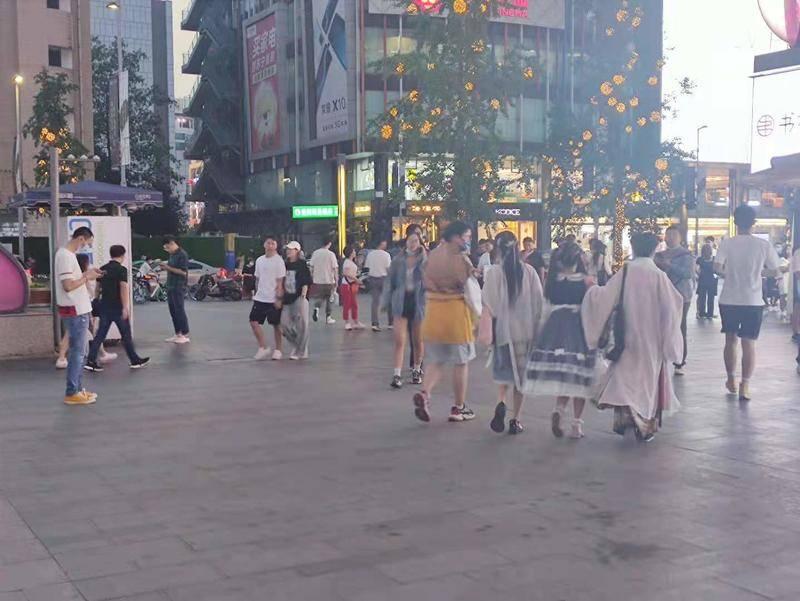 成都街头的汉服爱好者。图片由作者拍摄。