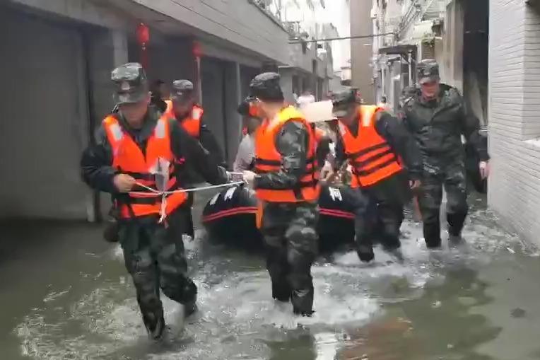 """视频   台风""""烟花""""抵达浙江 武警官兵奋力抢险转移群众"""