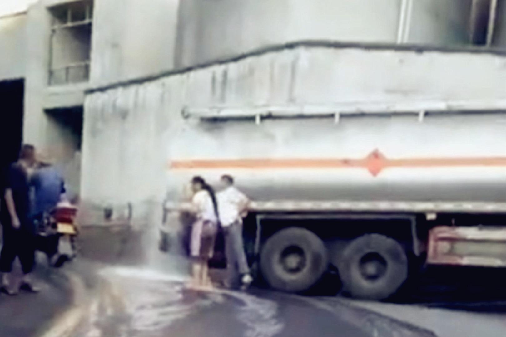 酱香味马路!茅台镇一罐车泄露20吨白酒 预计损失120万
